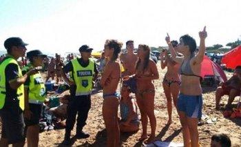 Unos 20 policías amenazaron a 3 mujeres por hacer topless en la playa   Policiales