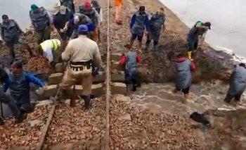 Inundaciones: productores debieron excavar bajo las vías del Belgrano Cargas | Inundaciones