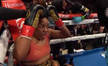Insólito: la boxeadora a la que le volaron la peluca a golpes | Video