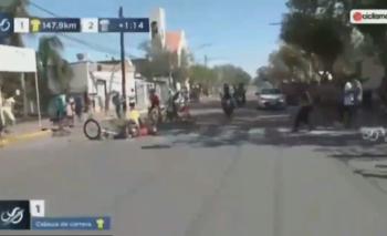 Un perro se cruzó en carrera ciclista y generó un desastre | Video
