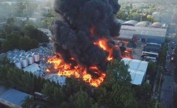 Gigantesco incendio en fábrica de plástico en Pacheco | Incendio