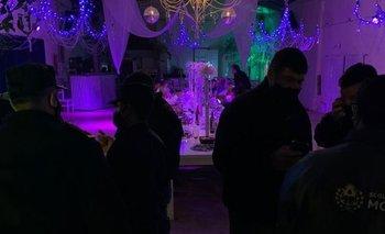 Policías desbarataron una fiesta swinger y fueron confundidos con strippers | Coronavirus en argentina