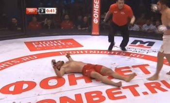 MMA: noqueó al campeón con un patadón y tuvo que asistirlo | Mma