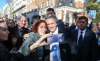 Baja el riesgo país y suben los bonos argentinos en dólares  | En medio de la gira de alberto