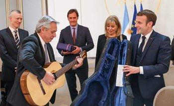 Macron le regaló una guitarra a Fernández y se animó a tocar | Francia