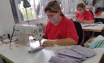 Mujeres de cooperativas textiles producen y donan los súper barbijos del Conicet | Economía popular