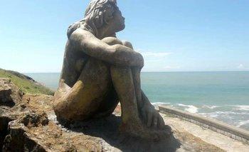 Misterio en Mar del Plata por la aparición de una escultura en la playa | Noticias insólitas