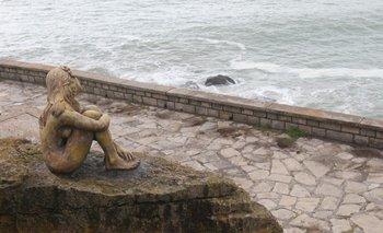 Misteriosa escultura en Mar del Plata: cómo buscan a quién la hizo | Verano 2021