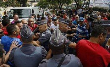 Incidentes entre facciones a favor y en contra frente a la casa de Lula | Dilma rousseff