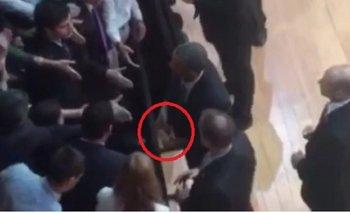 Obama se sacó el anillo para saludar a un grupo de argentinos y desató la polémica | Obama en argentina