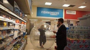 Una mujer fue al mercado en una pelota inflable gigante | Viral