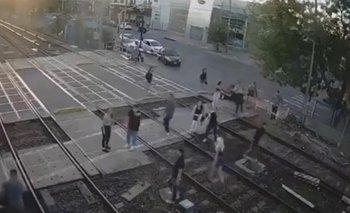 Video: pelea, violencia con jóvenes en las vías del tren Sarmiento | Tren sarmiento