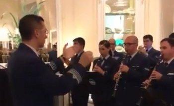 La Fuerza Aérea Argentina tocó el himno británico para festejar el cumpleaños de la Reina   Islas malvinas