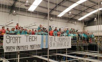 Trabajadores de una fábrica recuperada reclaman que un juez no les permite producir | Despidos