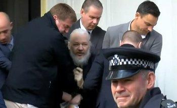 Así se llevaban detenido a Julian Assange en Inglaterra | Ecuador