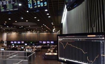 Lunes negro en los mercados: se dispara el dólar, se desploma la Bolsa y sube el riesgo país | Mercados financieros
