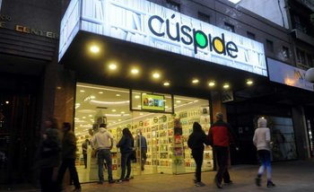La editorial del Grupo Clarín publicó la pre-venta del libro de Cristina Kirchner y se saturó su sitio web | El libro de cristina