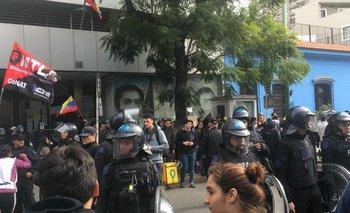 Chavistas y antichavistas movilizan frente a la Embajada de Venezuela | Golpe de estado en venezuela