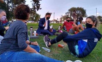 Un descontracturado Kicillof se sentó a tomar mates en un parque de La Plata   Provincia de buenos aires