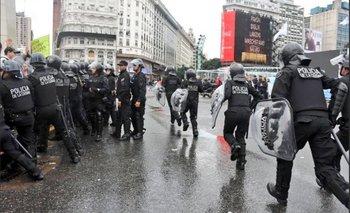 Así amedrenta la Policía de la Ciudad a manifestantes frente al Obelisco | Policía metropolitana