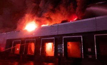 Así fue el incendio en una fábrica de San Fernando: trabajan 20 dotaciones | Incendio