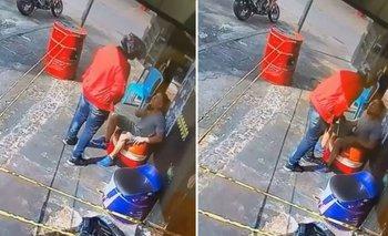 Un motochorro robó un celular de su amigo, se lo devolvió y lo abrazó | En redes