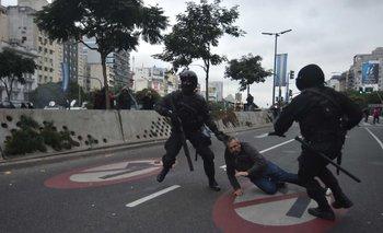 Abuso de autoridad: policía golpeó a un detenido en 9 de Julio y lo escrachó la TV | Represión