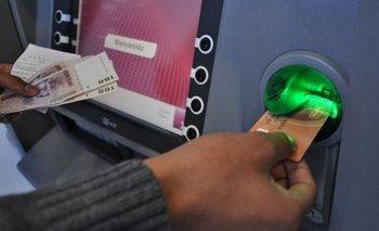 Crisis: cada vez más gente pide adelantos de sueldo en los bancos | Bancos