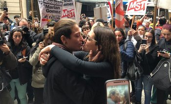 En el día del Orgullo, condenaron a una joven por besar a su esposa en el subte | Justicia patriarcal