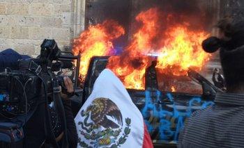 México: en medio de una manifestación prenden fuego a un policía | México