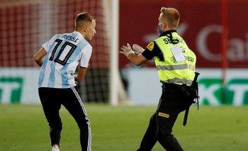 Un hincha invadió la cancha en el partido de Barcelona | Lionel messi