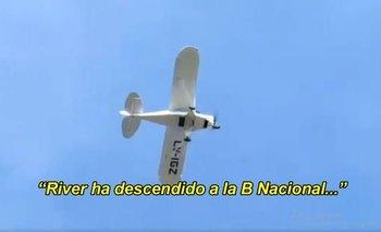 Pagó para que una avioneta pase el audio del descenso de River | Video viral