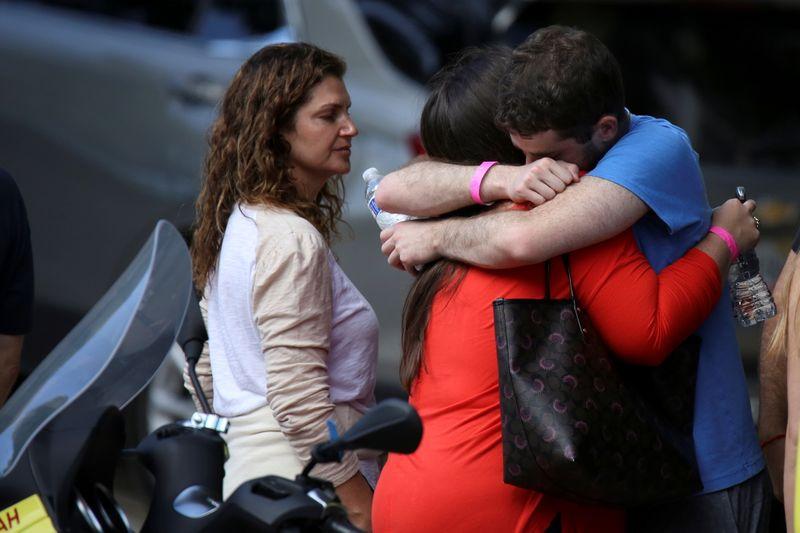 Perros de apoyo emocional consuelan a las familias de los desaparecidos en Miami | Miami
