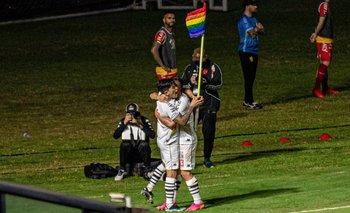 Un argentino hizo un gol en Brasil y lo festejó con la bandera del Orgullo LGBTIQ+ | Fútbol