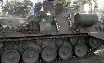 Luego de desfilar en el 9 de Julio, un tanque del Ejército chocó contra un árbol | 9 de julio