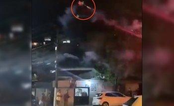 Un hombre ató una cañita a su drone y lo uso como lanzamisiles | Videos insólitos