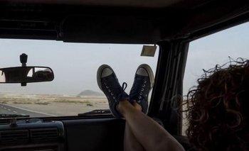 Los riesgos de apoyar los pies en el parabrisas del auto | Video
