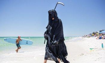 Un hombre disfrazado de La Parca alerta por el COVID-19 | Video