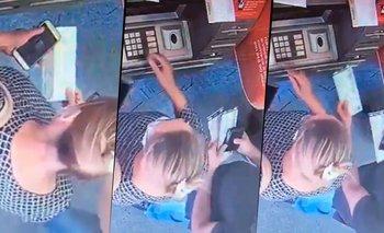 """Viral: la """"ayudó"""" y le robó la plata sin que se dé cuenta   Cajero automático"""