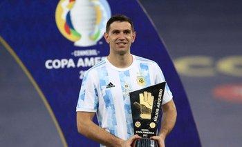 ¡A pura emoción! Dibu Martínez conoció a su hija tras el título | Selección argentina