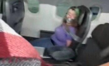 Intentó abrir la puerta del avión en pleno vuelo y la tuvieron que atar  | Estados unidos