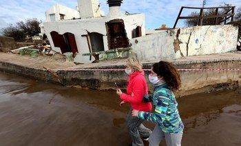 Mar del Tuyú: una casa y un edificio destrozados por el mar    Costa