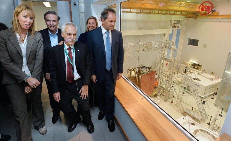 Scioli recorrió en Bariloche la empresa INVAP, donde se desarrolló el primer satélite argentino Arsat I recientemente lanzado al espacio, junto a Pichetto; el presidente de la compañía, Horacio Osuna; y el gerente general y CEO, Héctor Otheguy.