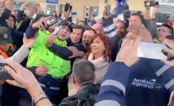 El emotivo recibimiento de trabajadores a Cristina en Aeroparque | Cristina kirchner