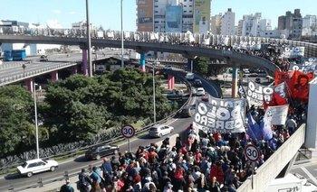 Un manifestante cayó de la autopista | Protestas sociales