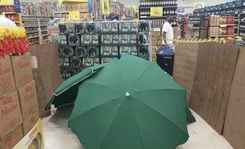 Murió en Carrefour y lo tapan con paraguas para seguir abiertos | Escándalo