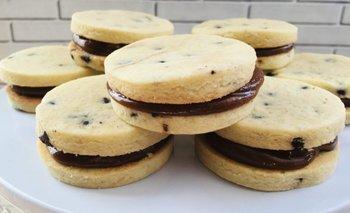 Alfajorcitos de dulce de leche, con chispas de chocolate | Recetas de cocina