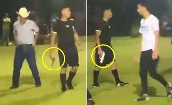 Video: un árbitro de fútbol sacó una pistola en pleno partido   Virales