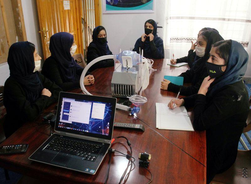México recibe a cinco menores afganas del equipo de robótica | Afganistán