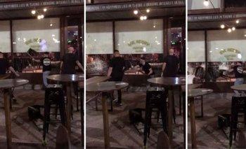 Escándalo en un bar platense: sillazos, patadas y vidrios rotos   Video viral